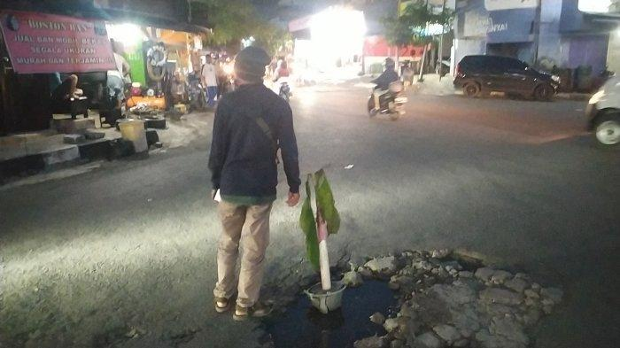 Sebabkan Kecelakaan, Warga 'Tanam' Pohon Pisang di Jalan Berlubang di Lampu Merah Palabuhanratu