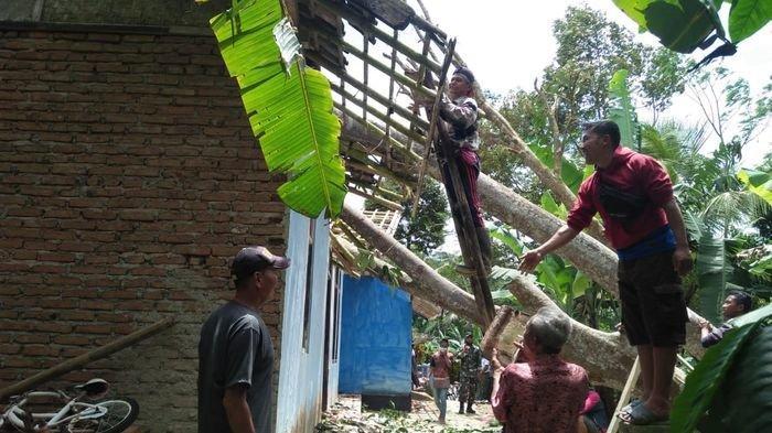 Angin Kencang Landa Ciamis, Kantor Kecamatan Tertimpa Antena, 1 Poskesdes dan 4 Rumah Rusak