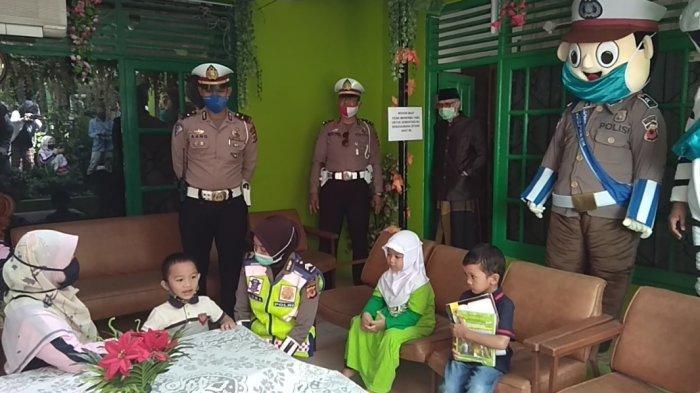 Polisi Ajak Badut Hibur Anak-Anak yang Belajar di Rumah, Anak-anak Sempat Kaget lalu Gembira