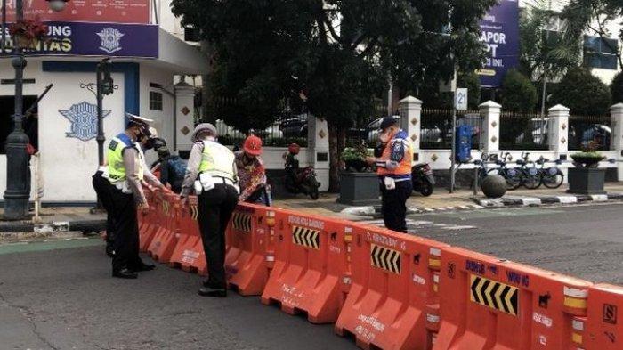 Polisi & Dishub Persilakan Warga Membuka Pembatas Saat Jalan Ditutup di Kota Bandung, Ini Syaratnya