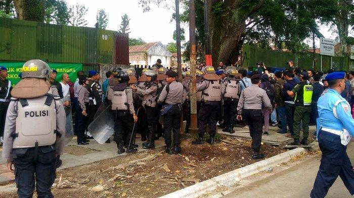 Polisi dan TNI Sudah Bersiaga di Depan Gerbang SMAK Dago Kota Bandung
