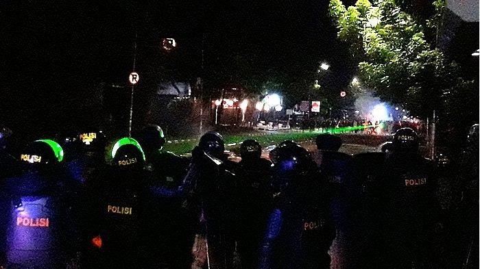 Jalan Surapati Bandung Ditutup, Benda-benda Berserakan, Massa Masih Bertahan Tembakan Sinar Laser