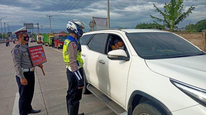 Polisi Jaga Ketat Gerbang Tol, Orang Bandung yang Pergi ke Soreang Wajib Rapid Test Antigen