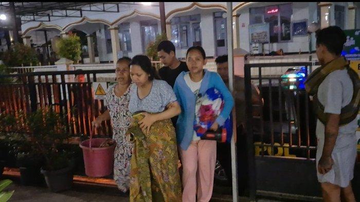 Polisi mengevakuasi seorang ibu hamil yang hendak melahirkan ke Puskesmas Losarang, Indramayu, Jumat (9/4/2021) pukul 01.00 WIB.