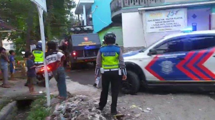 Warga Terobos Batas Jalan PPKM & Bersitegang dengan Aparat, Anggota DPR RI Minta Polisi Lebih Tegas