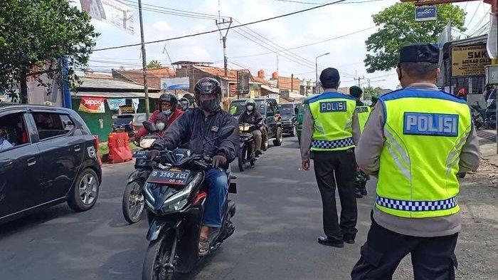 Polisi di Penyekatan Jalan Raya Cinunuk Tetap Loloskan Mobil Pelat Luar Bandung, Ini Alasannya