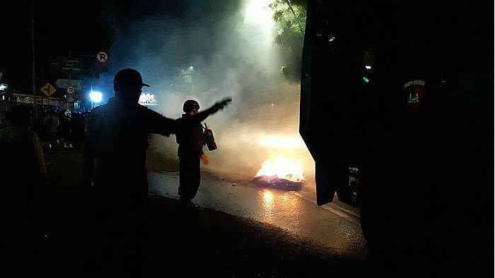 Massa Aksi Berhasil Dihalau dari Jalan Surapati Bandung Pukul 21.25 WIB, Begini Prosesnya