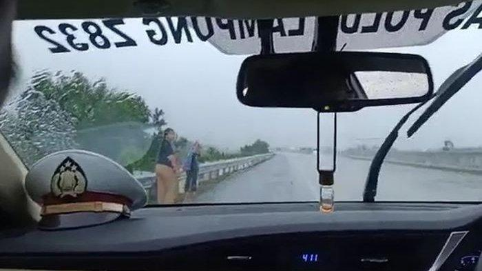 Ibu dan Dua Anak Berjalan di Tengah Hujan Lebat Sambil Menangis di Tol, Ini Faktanya