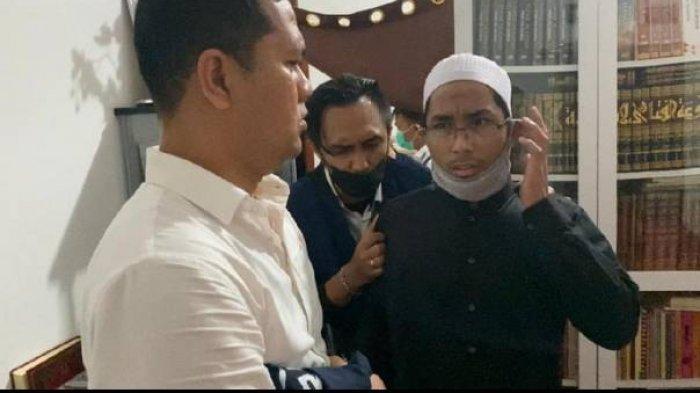 Ustaz Maaher ketika dijemput polisi di rumahnya.