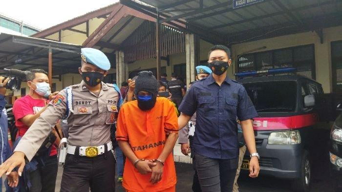 Polisi saat menggiring suami yang menyiksa istrinya di Mapolres Cimahi, Rabu (22/9/2021).