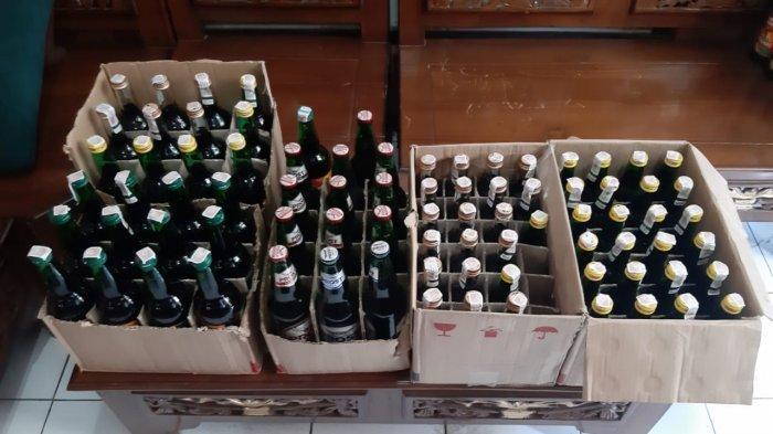 Polisi saat menyita ratusan botol miras di Sumedang.