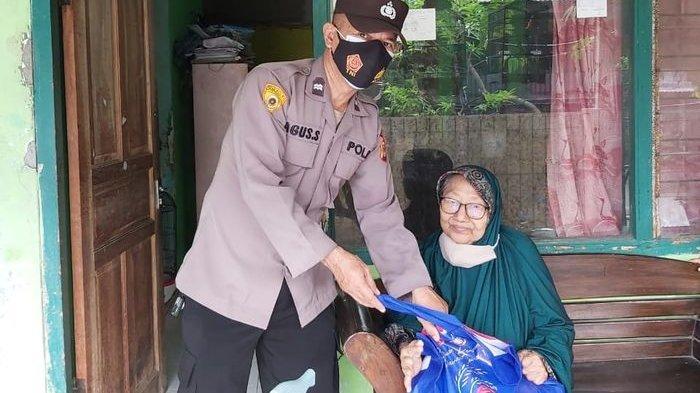 Seluruh personel di Polres Indramayu dan Polsek di Indramayu menyebar sembako kepada tetangga di lingkungan masing-masing yang terdampak PPKM Darurat, Kamis (22/7/2021).
