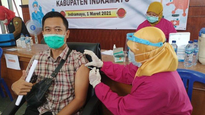 Ekspresi percaya diri seorang anggota Polres Indramayu ketika disuntik vaksin Covid-19.