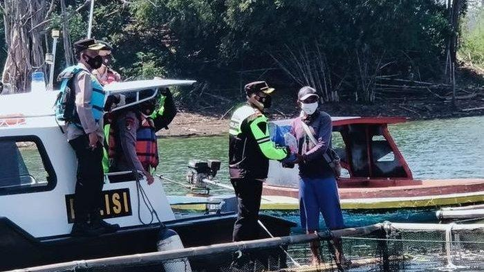 Anggota Polres Sumedang Bawa Bantuan Langsung ke Tengah Danau, Bikin Bahagia Pekerja Jaring Apung