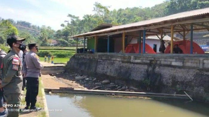 Kapolsek Banjarwangi Iptu Asep Saepudin dan Forkopimcam Banjarwangi saat meninjau lokasi isolasi mandiri.