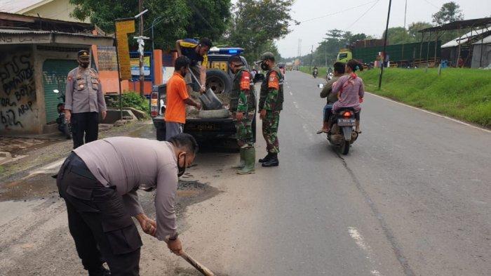 Cegah Kecelakaan Lalu Lintas, TNI-Polri di Majalengka Kompak Tambal Jalan Berlubang