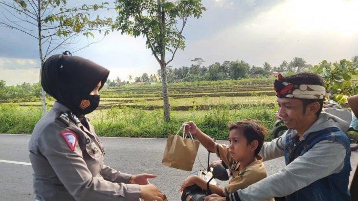 Puluhan Polwan Polres Ciamis Turun ke Jalan Berbagi Takjil dan Berikan Edukasi Berlalu Lintas