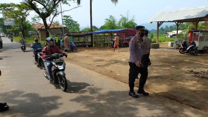Tak Hanya Mobil, Masih Ada Motor yang Ngebut untuk Hindari Petugas di Pos Penyekatan di Cianjur