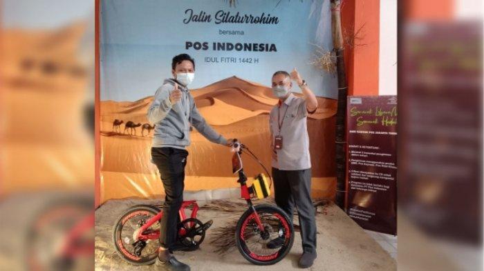 Pelanggan PT Pos Indonesia (Persero) mendapatkan hadiah langsung dari program Berkah Ramadhan, #Kebaikanpastisampai yang berlaku hingga 12 Mei 2021. Pelanggan hanya cukup menunjukkan tiga resi kiriman di hari yang sama untuk mendapat kesempatan mengambil hadiah langsung di fishbowl. (istimewa)