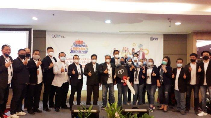 Foto bersama Wapinwil Bisnis Mikro Kanwil BRI Bandung, Pinca BRI Bandung Setiabudhi, AMPM, dan para Kepala Unit BRI Bandung Setiabudhi usai penyerahan hadiah Grand Prize.*
