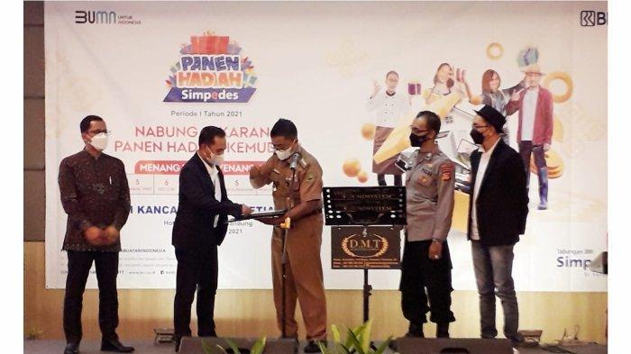 Para saksi dari Dinas Sosial, Kepolisian dan Notalis sedang membuka laptop yang masih tersegel sebagai alat pengundi  disaksikan Pinca BRI Bandung Setiabudhi Ami Kurniawan.*