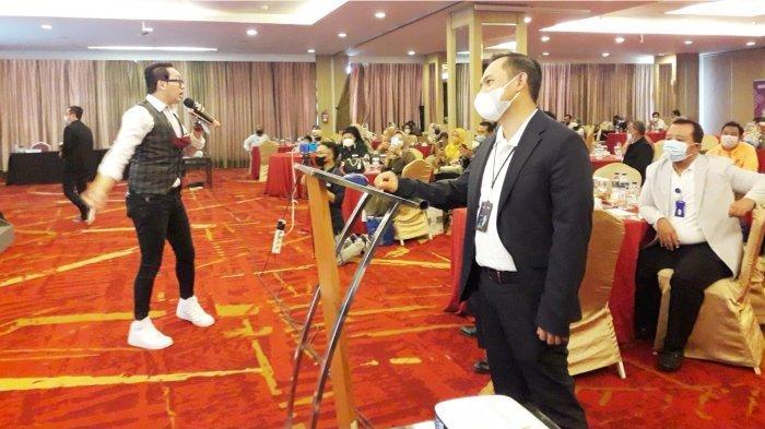 Pemimpin BRI Cabang Bandung Setiabudhi Ami Kurniawan sedang melakukan pengundian hadiah Grand Prize.*