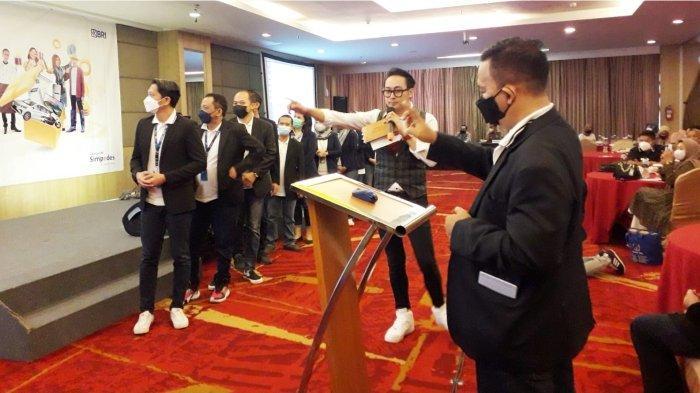 Asisten Manager Pemasaran Mikro (AMPM) BRI Kanca Bandung Setiabudhi Asep Basri Wigena melakukan pengundian hadiah utama berupa sepeda motor.*