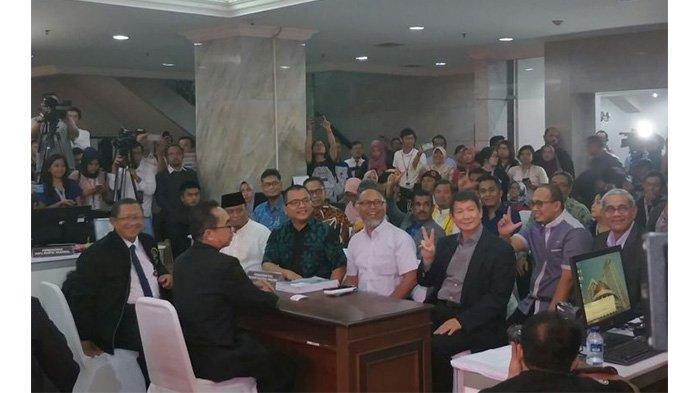 BPN Prabowo-Sandiaga Resmi Daftarkan Gugatan ke MK, Bambang Widjojanto Serahkan 1 Bundel Kliping