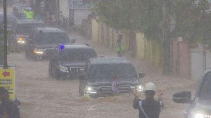 Presiden Joko Widodo yang berada di dalam mobil kepresidenan melintasi banjir di Desa Pekauman Ulu, Kabupaten banjar, Kalimantan Selatan, Senin (18/1/2021).(ANTARA FOTO/Bayu Pratama S)