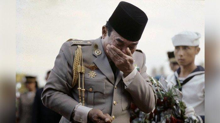 Presiden pertama RI, Soekarno, saat menangis di makam Jenderal Ahmad Yani