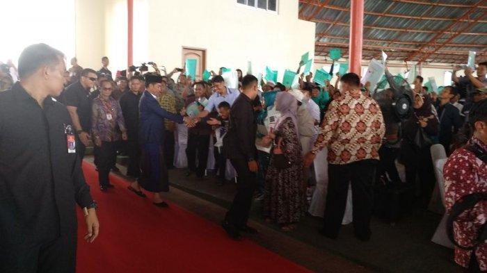 Jokowi Pakai Sarung Saat Pembagian Sertifikat Tanah di Cirebon, Warga Berebut Salaman