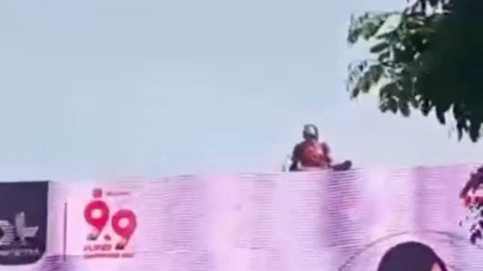 VIDEO VIRAL Pria di Bandung Diduga ODGJ Nekat Panjat Billboard Iklan, Duduk Santai Pantau Jalan