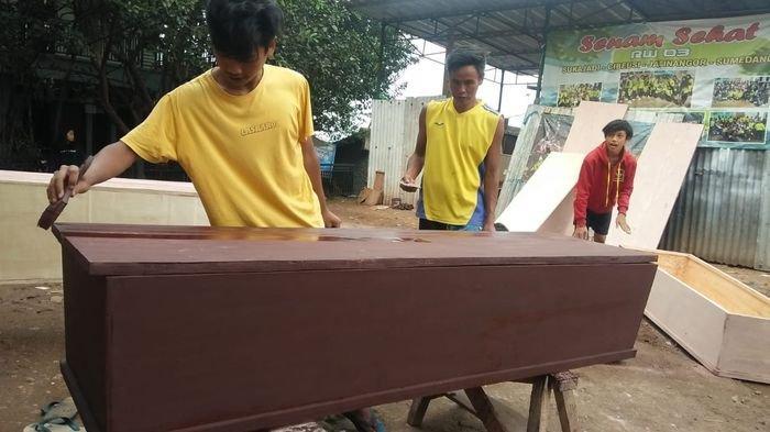 Peti Jenazah Habis, Pemakaman Jenazah Pasien Covid-19 di Kota Cirebon Pakai Kantong Mayat