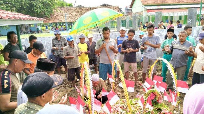 Atribut Merah Putih Warnai Makam Siswa SMP yang Tewas Tenggelam, Banyak Peziarah Menangis