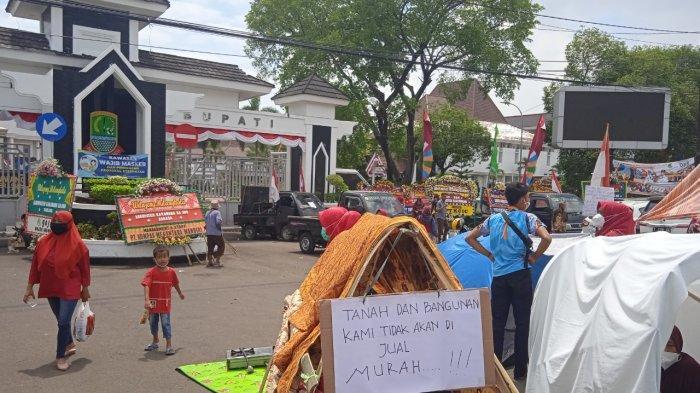 Warga Tamansari Bikin Tenda di Kantor Pemkab Karawang, Protes Murahnya Pembebasan Lahan Tol Japek 2