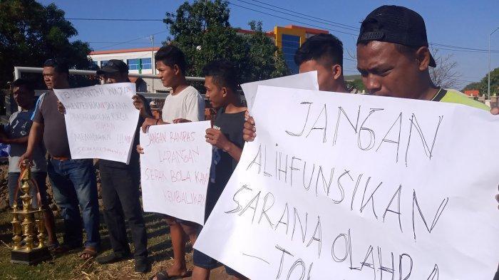 Lapangan Sepak Bola Dipakai Shelter PKL, Pemuda di Indramayu Gelar Aksi