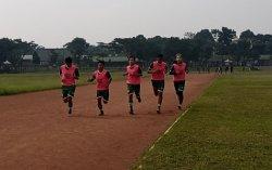 Sejumlah pemain PSKC Kota Cimahi menggelar latihan fisik di Lapangan Brigif, Kota Cimahi, Jumat (11/6/2021).