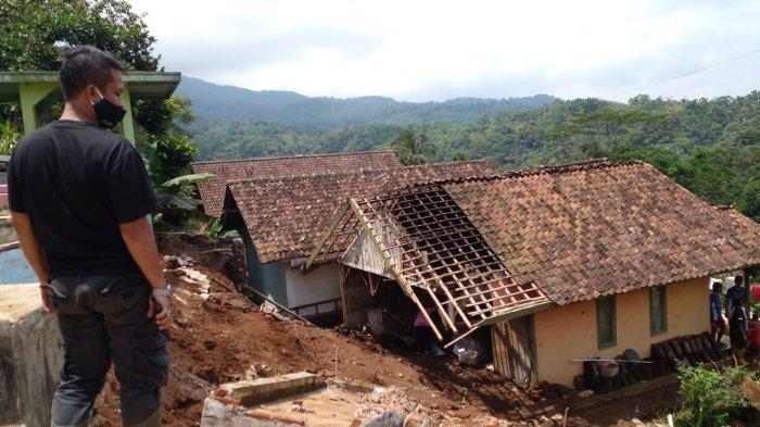 Tembok Penahan Tebing dan Pagar Masjid Runtuh, Nenek Ini Gemetaran, Air dan Lumpur Masuk Rumahnya