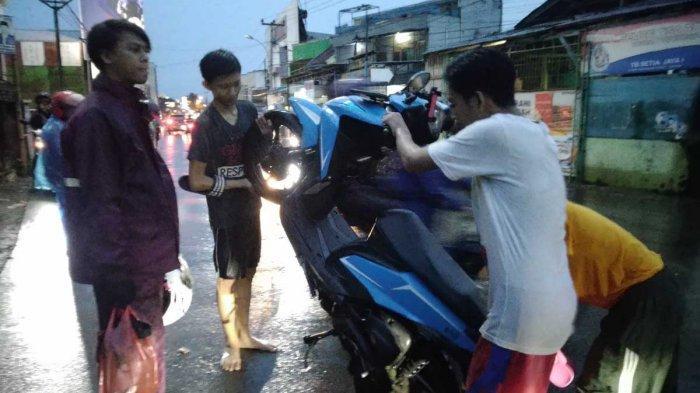 Nekat Terobos Banjir di Jalan Jadex, Kopo, Puluhan Motor Mogok