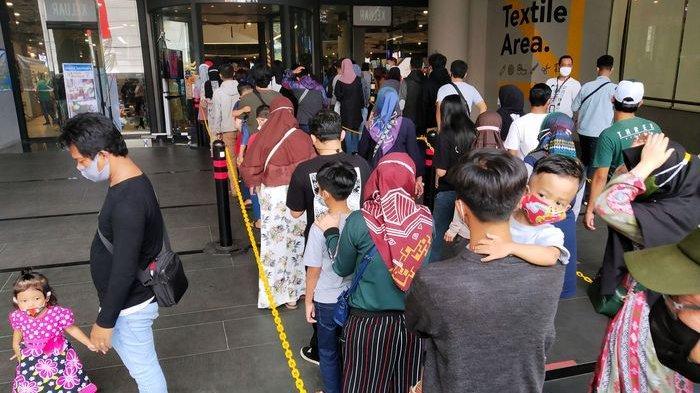 Pengunjung antre masuk pusat perbelanjaan Kings Shopping Center di Jalan Kepatihan, Kota Bandung, Minggu (9/5/2021).