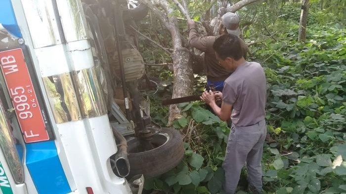 Ambulans Puskesmas di Cianjur Terguling ke Parit, Kejadiannya Subuh Setelah Sang Sopir Antarkan Ini