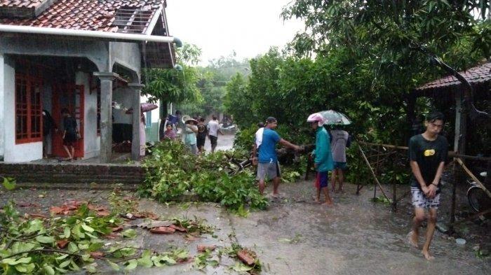 Tim Urkes Polresta Cirebon Evakuasi Korban Puting Beliung di Desa Slangit ke RS Arjawinangun