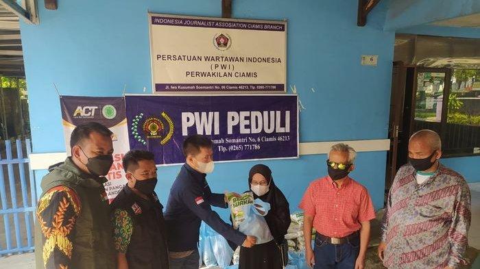 Bersama ACT dan Jabar Bergerak, PWI Salurkan Sembako untuk Penyandang Tuna Netra dan Warga Isoman