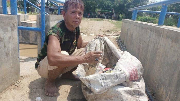 Perjuangan Ramun, Cari Sampah saat Debit Sungai Cimanuk Meningkat Demi Nafkahi Istri dan 5 Anaknya
