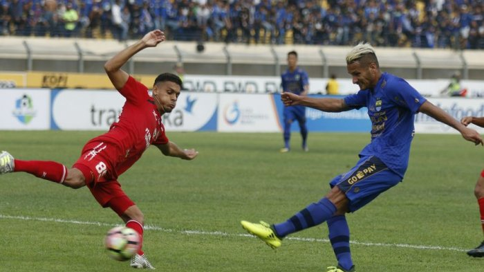 Raphael Maitimo dalam laga Persib Bandung lawan Semen Padang di Stadion Si Jalak Harupat, Sabtu (9/9/2017).