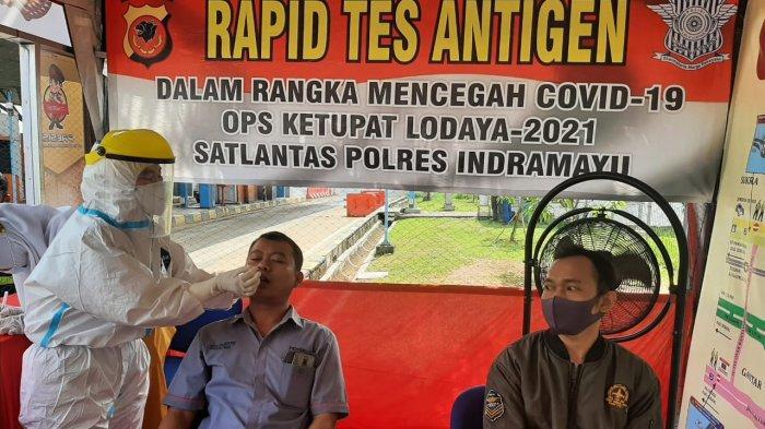 Petugas saat melakukan pemeriksaan rapid test antigen terhadap pemudik di GT Cikedung Indramayu, Jawa Barat, Selasa (4/5/2021).