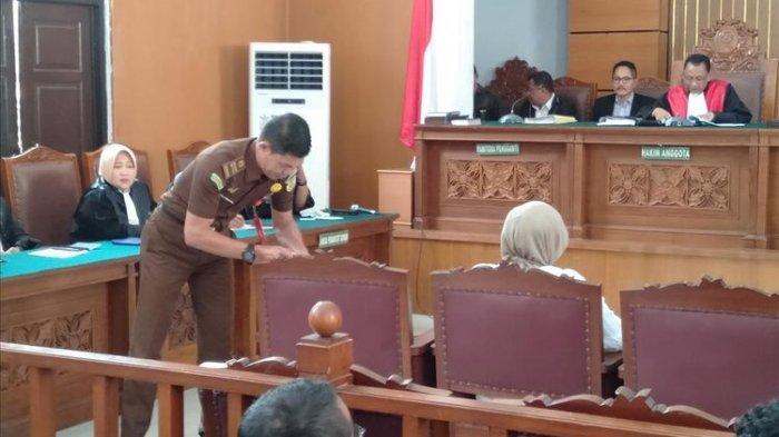 VIDEO-Sambil Memegang Tasbih, Ratna Sarumpaet Tampak Lebih Tenang Menghadapi Vonis Hakim