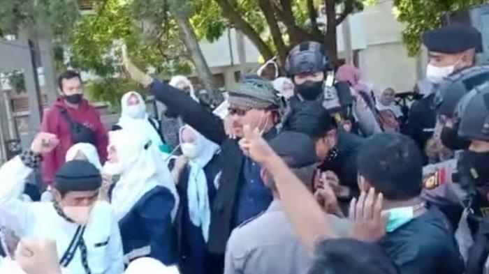 Ratusan Guru Honorer di Garut Gelar Doa Bersama, Korlap Dibawa Polisi