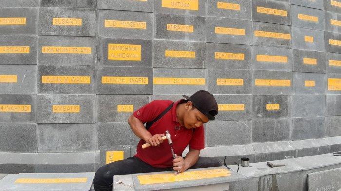 Pekerja Terharu dan Bangga Ikut Membangun Monumen Pahlawan Pandemi di Bandung, Ukir Nama Satu-satu