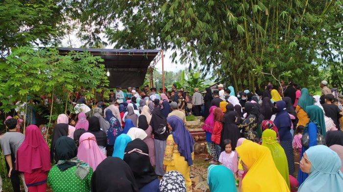 Turut Berduka, Ratusan Warga Antar Jenazah Bidan yang Tewas Ditusuk Suami ke Peristirahatan Terakhir
